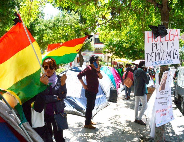 ACTIVISTAS DEL 21 F MANTIENEN SUS PIQUETES DE PROTESTA FRENTE A LA ENTIDAD ELECTORAL.