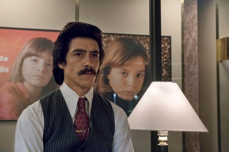 Luisito Rey, el más hombre más tenebroso de la serie de Luis Miguel, fue interpretado por Óscar Jaaenada. (Foto: Netflix)