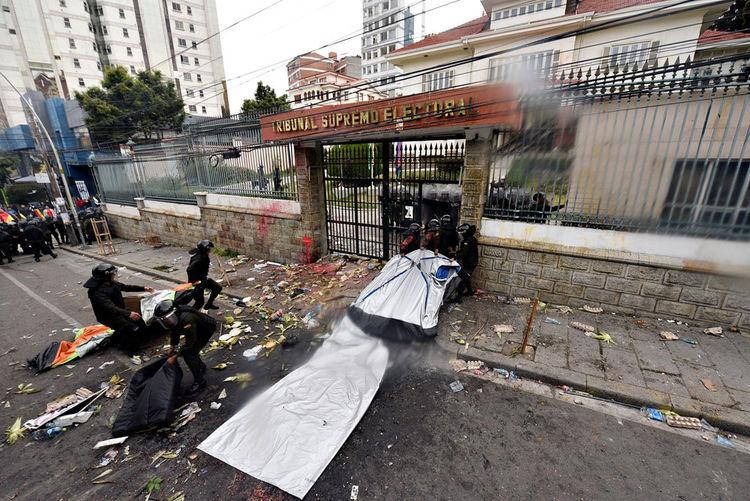 Enfrentamientos entre activistas y policías causa tensión en puertas del TSE. Foto: Pedro Laguna