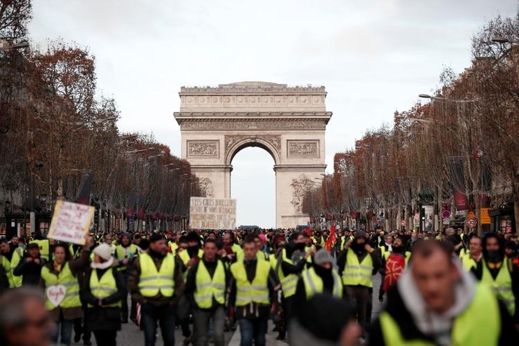 """""""Chalecos verdes"""" marchan en los Champs-Elysee este sábado. (REUTERS/Benoit Tessier)"""