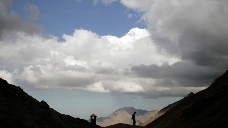Un montañista observa la región del Alto Atlas, donde ocurrieron los asesinatos (Reuters)