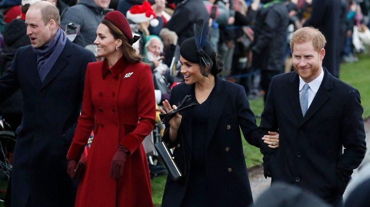 En medio de los rumores de su mala relación, Kate Middleton y Meghan Markle se mostraron unidas durante su camino a la misa Navideña en la iglesia María Magdalena en Sandringham (AP)