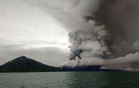 Indonesia incrementa el nivel de alerta del volcán causante del tsunami