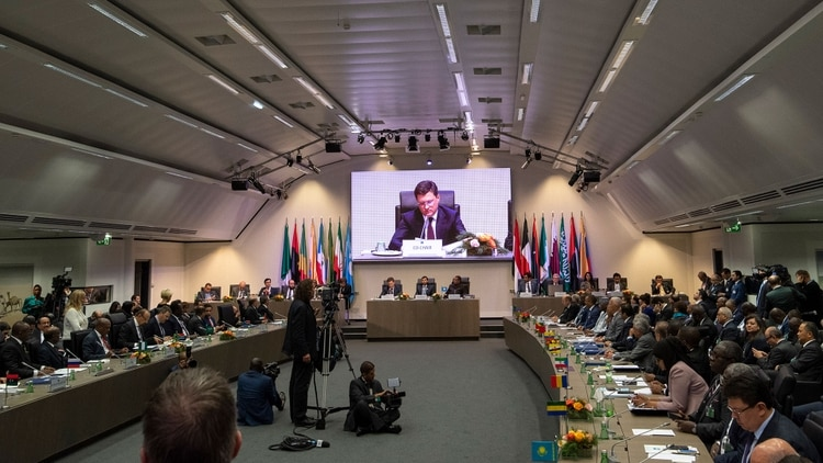 """La OPEP ha decidido recortar su producción para """"estabilizar"""" el mercado"""