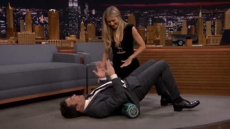 Gwyneth Paltrow puso nervioso a Jimmy Fallon con un ejercicio de estiramiento (Captura The Tonight Show)