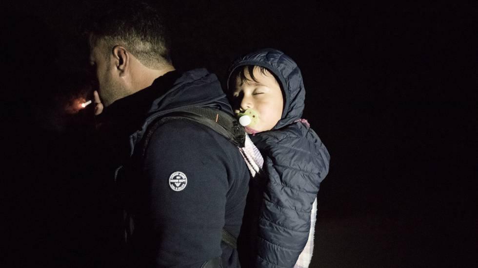 Asmat (nombre ficticio), carga con su hija de pocos meses para cruzar la frontera y poder reunirse con su mujer en Alemania.