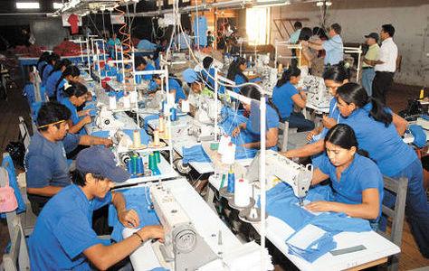 En pleno trabajo, obreros en una empresa de textiles. Foto: Bolivia Emprende