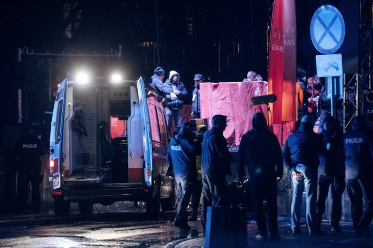 Los servicios de emergencia atienden al alcalde apuñalado (Agencja Gazeta/Bartosz Banka via REUTERS)