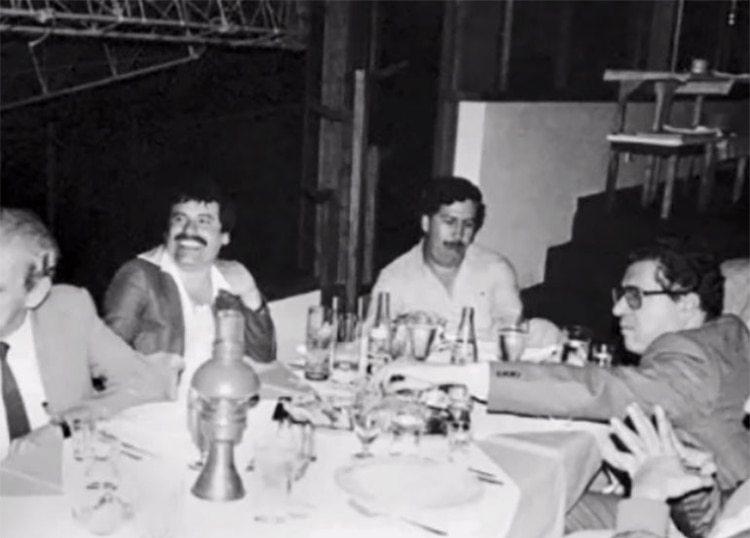 Una foto que circula en redes sociales sobre la cumbre narco. El Chapo (centro izquierda) es considerado el narcotraficante más famoso después de Pablo Escobar (centro derecha)
