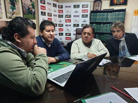 Villegas (centro) junto a Adrián Monje y sus colaboradores Jaime Jemio y Roberto Ariñez en la reunión de coordinación. Foto: Prensa FBF