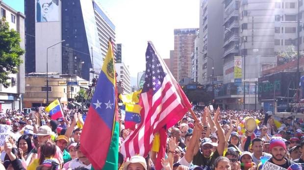 Cientos de personas opositoras al Gobierno de Maduro se manifiestan este martes en las calles de Caracas