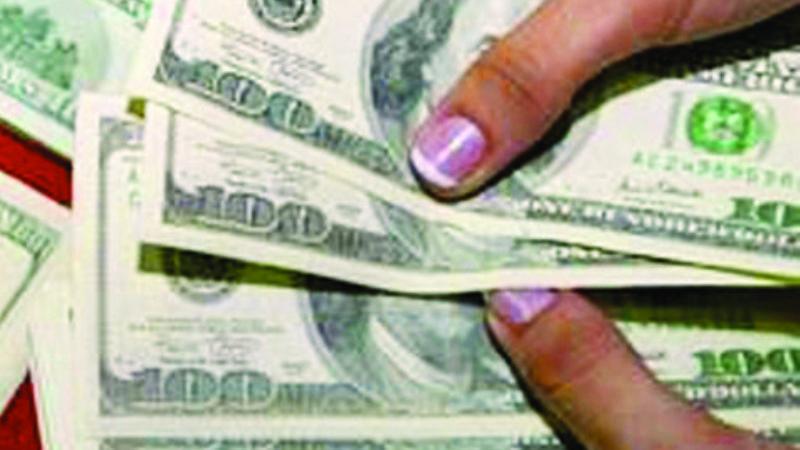 Recuperan $us 31.000 que un pasajero olvidó al interior de un taxi en La Paz