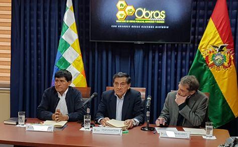 El ministro de Obras Públicas, Óscar Coca,  en conferencia de prensa.