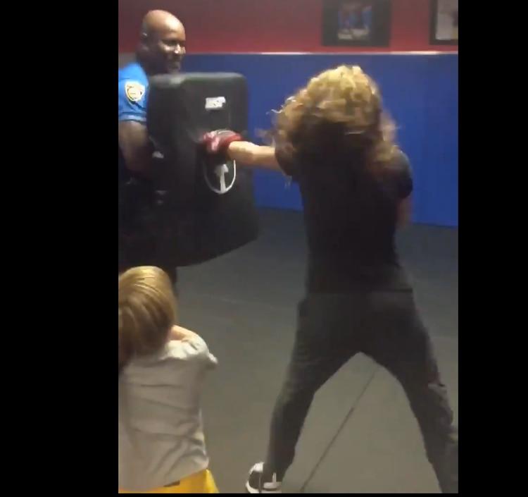 Sorprende Shakira con habilidad para el boxeo
