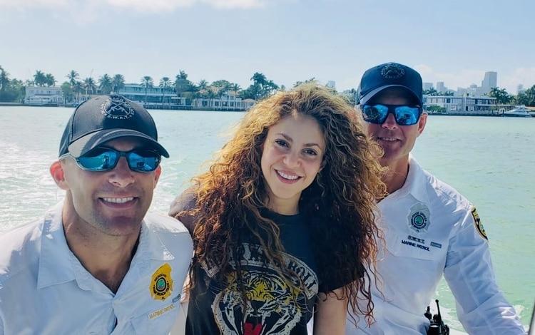 Shakira sorprende con su habilidad para el boxeo en encuentro con policías