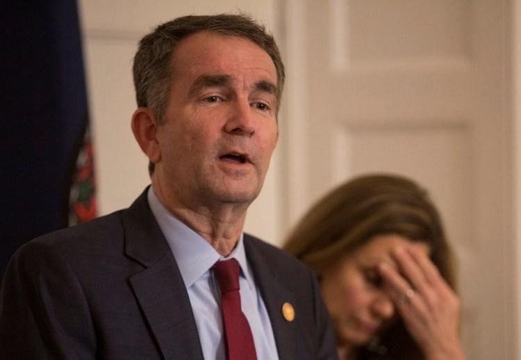 El gobernador de Virginia Ralph Northam, acompañado de su esposa Pamela se defiende de las acusaciones y dice que no es el sujeto vestido con una túnica del Ku Klux Klan en un anuario de su universidad (Reuters)