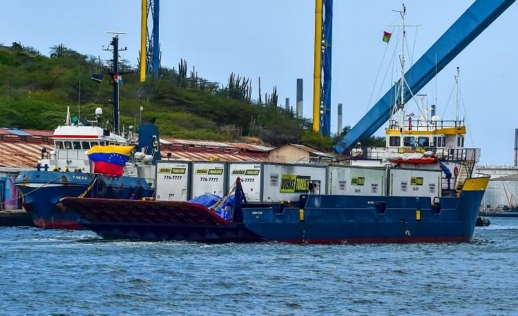 El barco Midnight Stone con los contenedores de ayuda humanitaria (Luis Acosta/AFP)