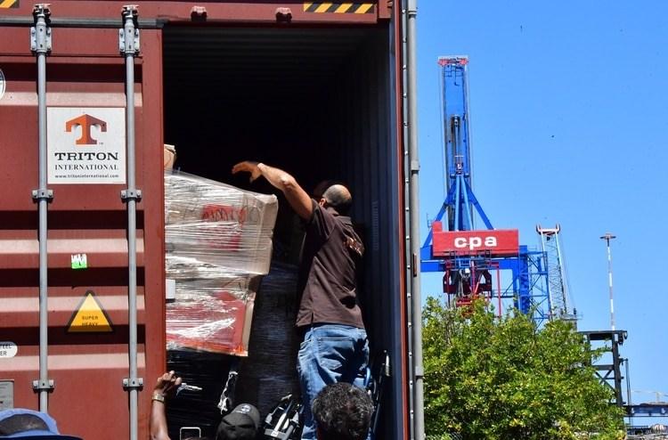 El interior de uno de los contenedores con la ayuda humanitaria en Curazao (AFP)