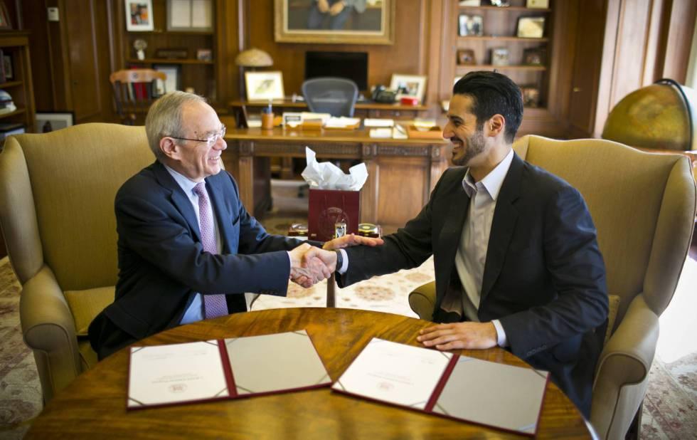 Hassan Jameel junto a Rafael Reif, presidente del Massachusetts Institute of Technology (MIT). rn