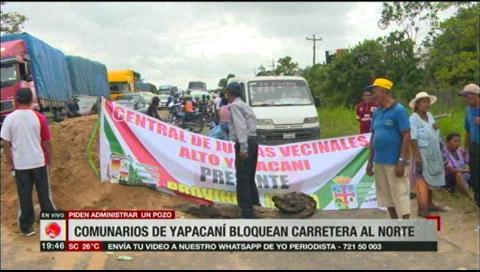 Comunarios de Yapacaní bloquean carretera por administración de un pozo de agua