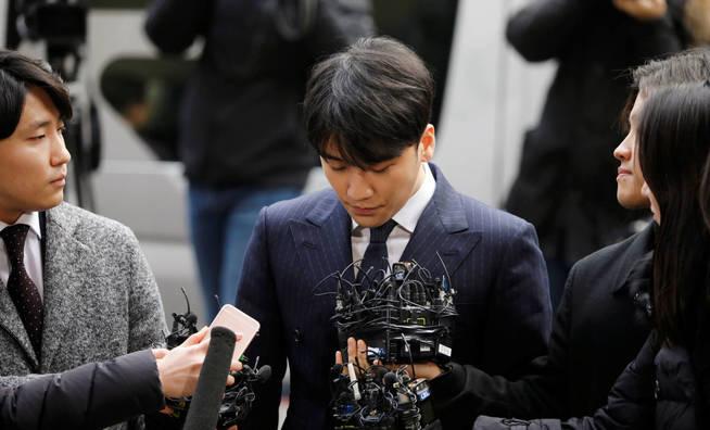 Seungri, miembro de la banda de K-pop Big Bang, ante los medios de comunicación (Reuters)