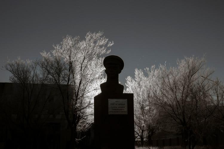 Busto de Yuri Gagarin, el primer humano en el espacio, en el patio trasero del museo del Cosmódromo Baikonur. (Maxim Babenko/The New York Times)