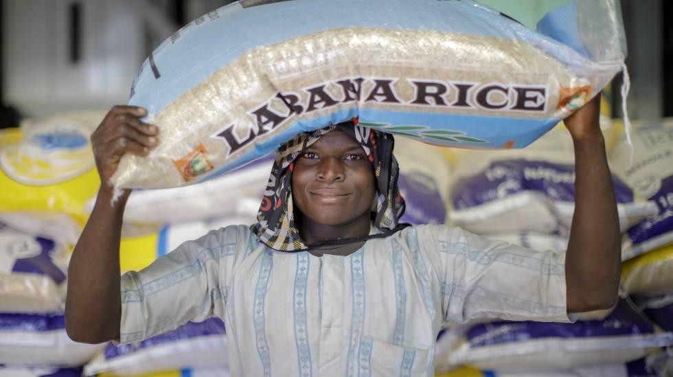 Un joven carga un saco de arroz en las instalaciones de la empresa Labana Rice, al noroeste de Nigeria.