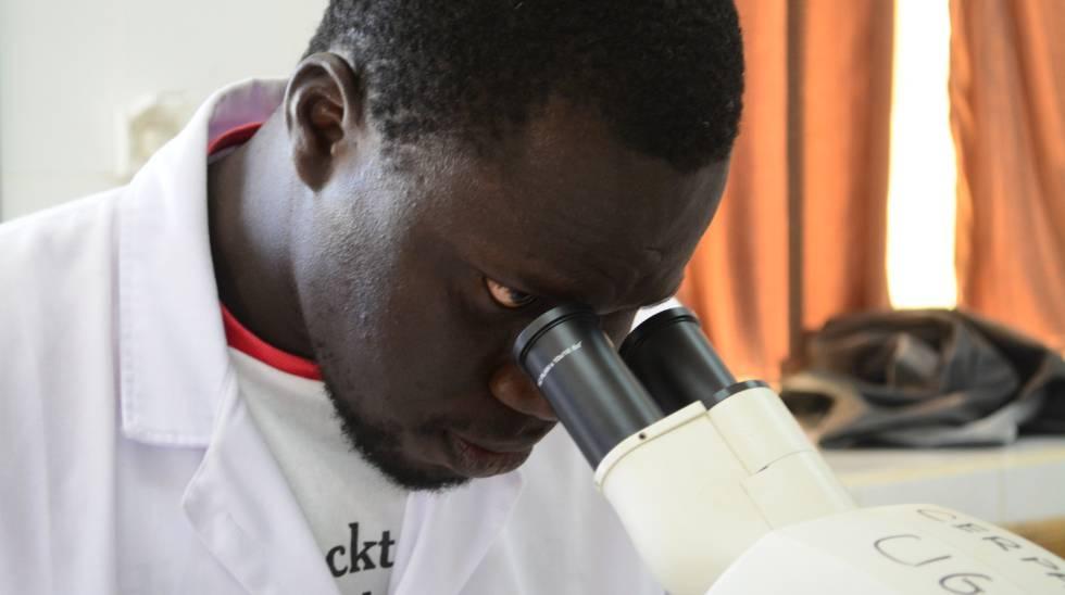 Mamadou Diop, técnico de laboratorio del Centro de Investigación y Manejo Ambulatorio de la Drepanocitosis de Saint Louis.