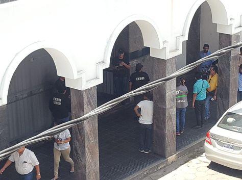 Momento en que fueron allanadas las oficinas de Cotas en Santa Cruz. Foto: RRSS