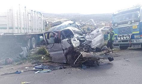 Así quedó el minibus tras impactar con el camión de carga.