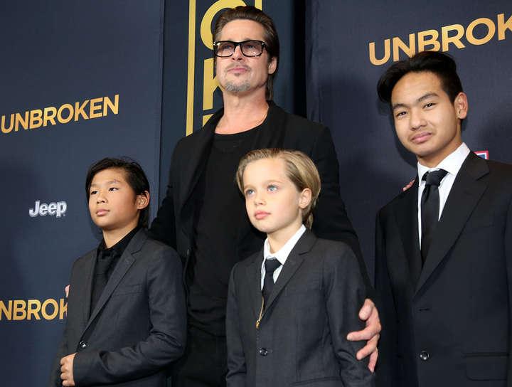 Pitt junto a sus hijos Pax, Shiloh y Maddox en 2014. (AP)
