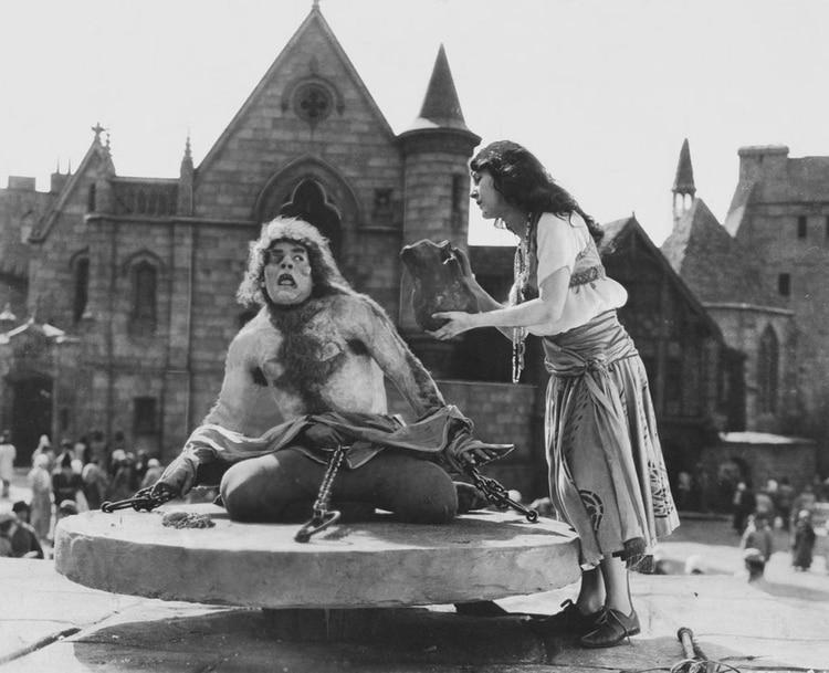 Lon Chaney como Quasimodo en la película Nuestra Señora de París, de 1923