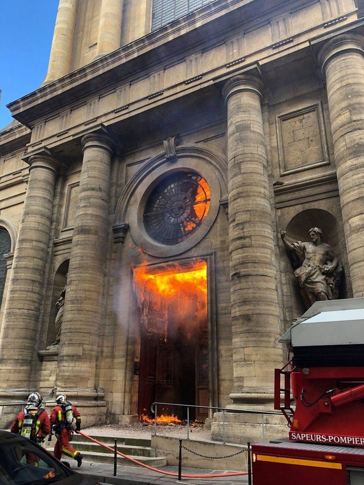 El incendio de la iglesia de Saint-Sulpice, un mes atrás (Foto: Reuters)