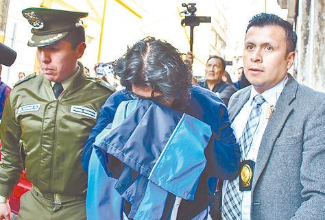 El funcionario de DDRR de La Paz cuando fue trasladado a dependencias policiales. Foto: APG