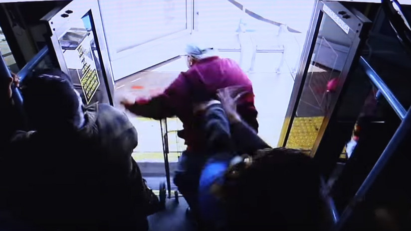 VIDEO: Muere un anciano que fue empujado por una mujer desde un autobús
