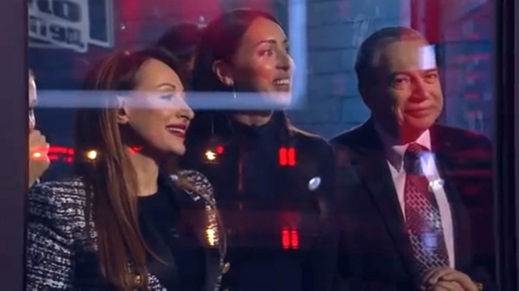 La madre de la niña junto a su padre, quien es un importante hombre de negocios en Rusia