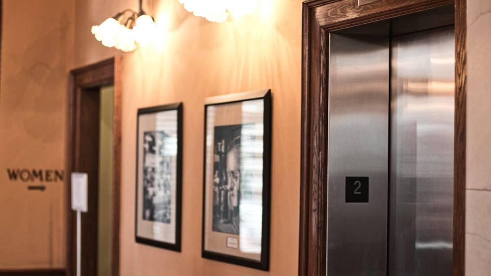 Muere decapitada tras enredarse sus audífonos en las puertas del ascensor
