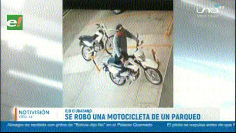 Graban a sujeto robándose una motocicleta de un parqueo