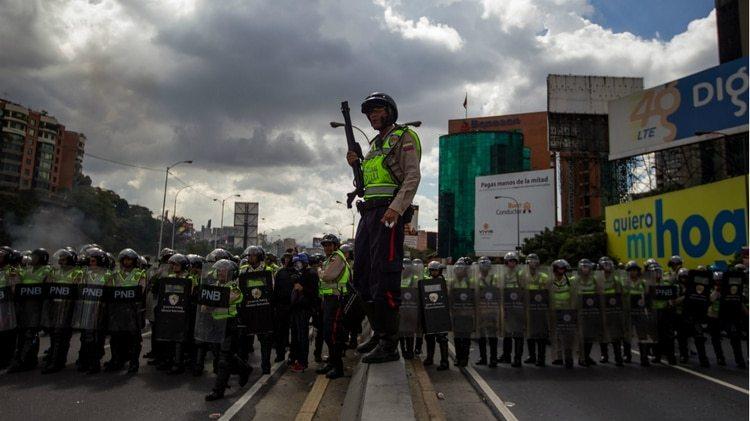 Miembros del PNB cortan una calle en Caracas para impedir una movilizcaión (EFE)