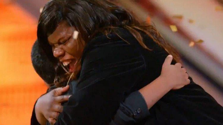 El emotivo abrazo entre la madre y el hijo
