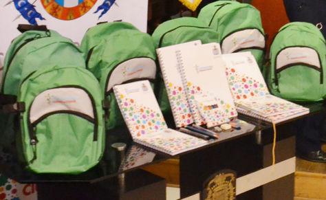 Las mochilas escolares que fueron entregadas en Cochabamba.