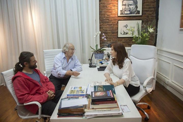 Grabois, Pérez Esquivel y Cristina, en el Instituto Patria. (Foto: Instituto Patria)