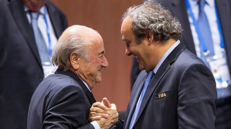 El presidente de la UEFA Michel Platini y el responsable de la FIFA Joseph S. Blatter, después de su nueva elección en mayo de 2015, meses antes que ambos fueran acusados por el Comité de Ética de la entidad (EFE/ Patrick B. Kraemer)