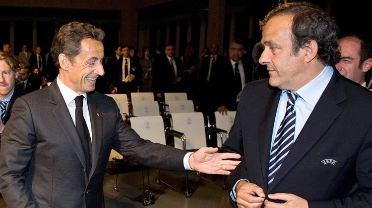 Una reunión entre Nicolas Sarkozy, ex presidente de Francia, y Michel Platini, líder de la UEFA, para favorecer a Qatar sería clave en la investigación (EFE/Laurent Gillieron)