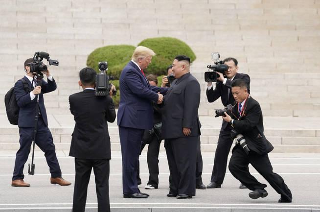 Momento del saludo entre ambos líderes. (Reuters)