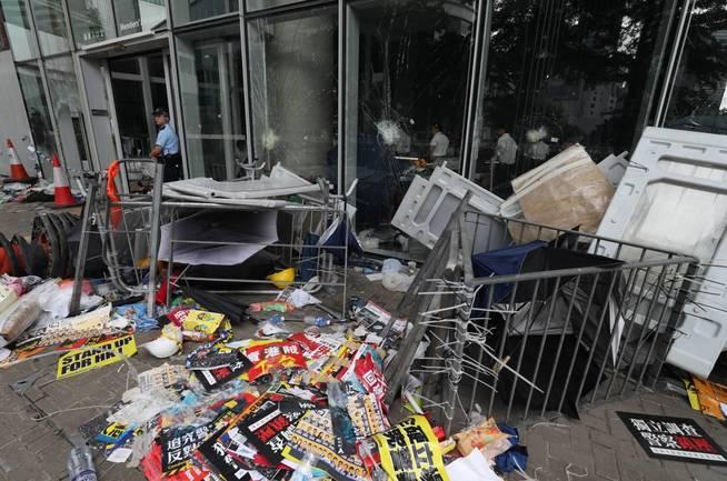 Funcionarios limpian los alrededores del Consejo Legislativo este martes después de que manifestantes irrumpieran el día anterior en el edificio, en Hong Kong (China).