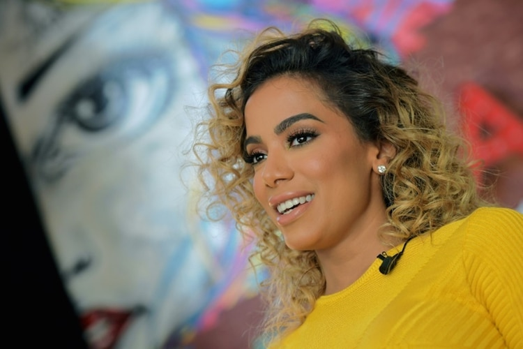 La cantante brasileña Anitta posa en su casa en Río de Janeiro el 11 de abril de 2018 (AFP – CARL DE SOUZA)