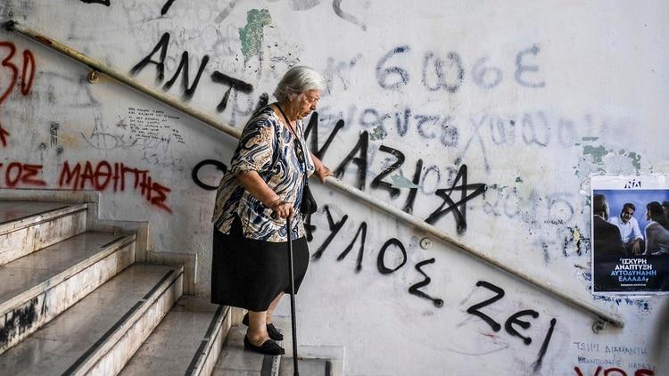El electorado expresó su disconformismo a Tsipras en las urnas (Photo by Aris MESSINIS / AFP)