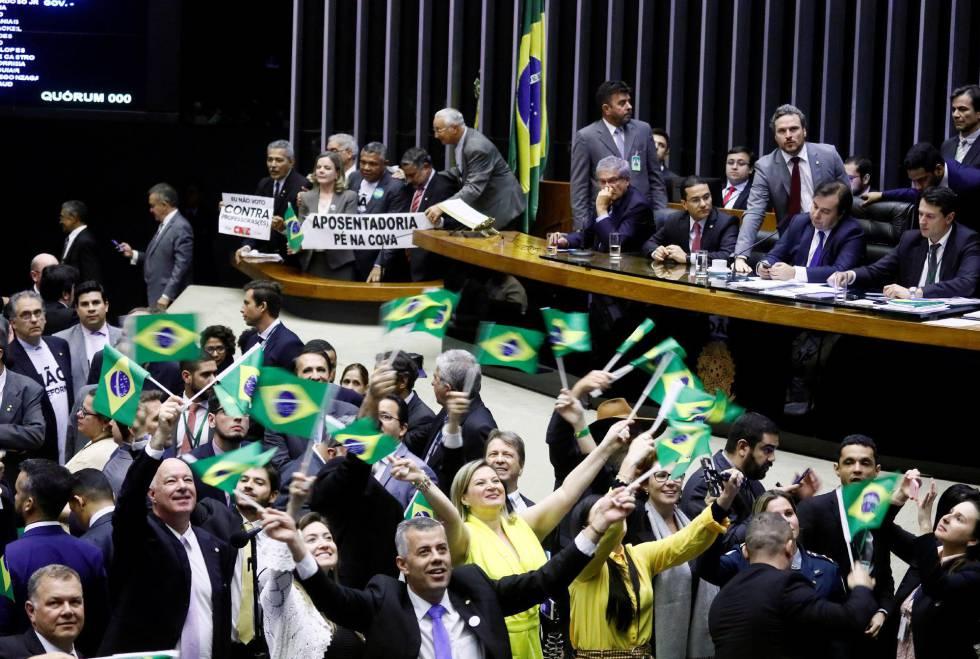 Un grupo de diputados celebran la aprobación de la reforma.