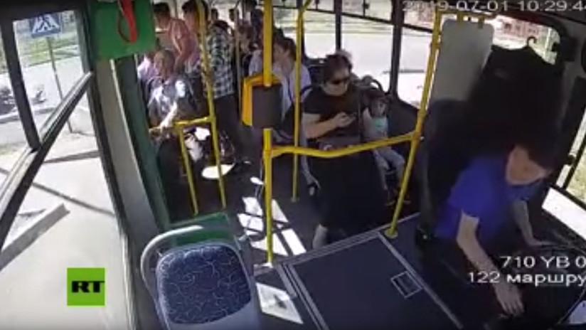 VIDEO: Una mujer y su hijo saltan de un autobús fuera de control y terminan bajo las ruedas
